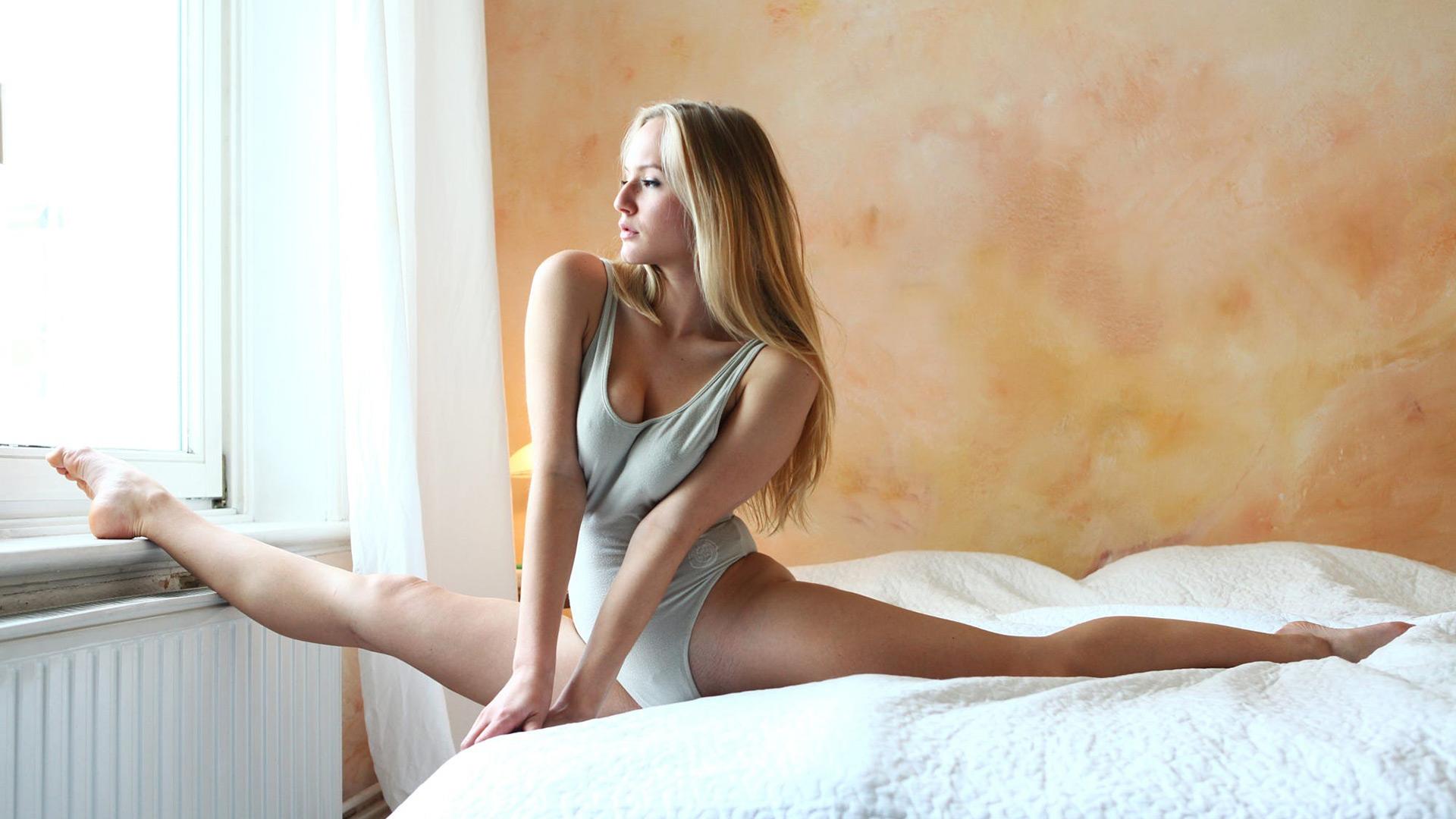 Фотосессия голой гимнастки на кровати фото, секс с демонами и роды смотреть онлайн